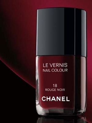 Chanel Le Vernis in Rouge Noir, aka Vamp. Of course it remind us Uma in Pulp Fiction.  #elclasico #classic #fashion #chanel