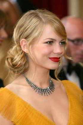 The 22 Best Oscars Hairstyles of All Time Michelle Williams not only nailed the flirty canary yellow dress she wore in 2006, but also a twirly sidebun with wispy, face-framing strands.