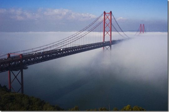 PONTE SOBRE O TEJO. NEVOEIRO. LISBOA. PORTUGAL. TAGUS RIVER BRIDGE IN THE MIST. LISBON. PORTUGAL.