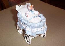 Puppenstubenzubehör,Miniatur, Caco (Canzler),Korbkinderwagen hellblau mit Baby