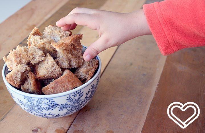 Crutones Caseros. Súper fácil y conveniente cuando te sobra pan o ... porque quieres acompañar una sopa con ... delicioso sabor a mantequilla y ajo.
