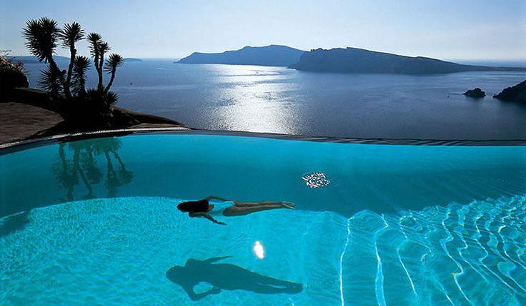 Te proponemos más de 20 piscinas para soñar. Empezamos con esta del Hotel Perivolas en la isla griega de Santorini ¿te vienes?