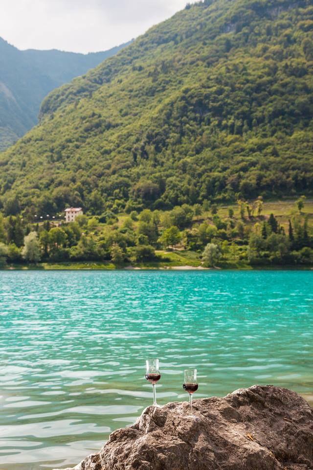 Il lago di Tenno è situato nel comune di Tenno (Trento), a pochi passi dal borgo medievale di Canale. Con una superficie di circa 0,3 km², è il sesto lago per estensione del Trentino. Questo lago possiede un'isola con una superficie di 3000 metri quadrati. L'isola separa la grande zona tondeggiante a nord con il piccolo braccio a sud. Nessun collegamento stradale dai paesi vicini arriva direttamente sulla costa. Le spiagge dell'isola sono di forma perfettamente rotonda.  Foto: Luca Nicolini