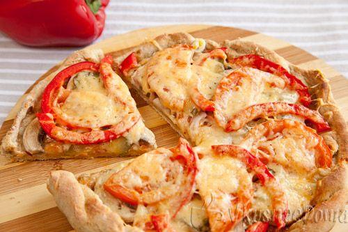 Вегетарианской называется пицца, в которой начинка не содержит мяса и колбасы. Ну а сыр? Конечно есть в начинке сыр! Вегетарианская пицца рецепт с фото