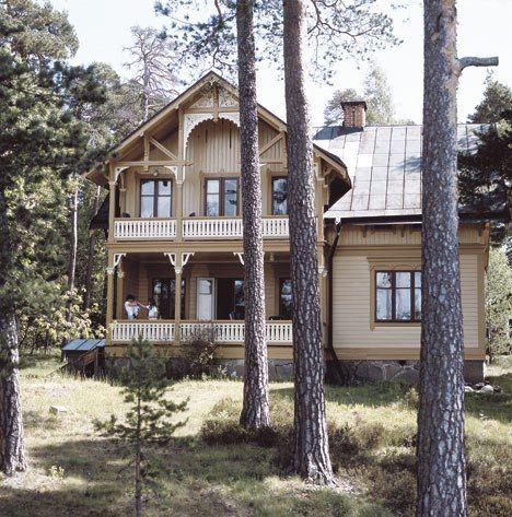 en beigebrun umbra med engelskt röda fönster. Fasaden i en ljusare ton och knutbrädor, fönsteromfattningar och övriga snickerier något mörkare. Ungefär så här: