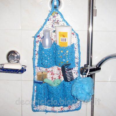 porta-oggetti da bagno, fatto all'uncinetto con fettuccia ricavata da sacchetti di plastica