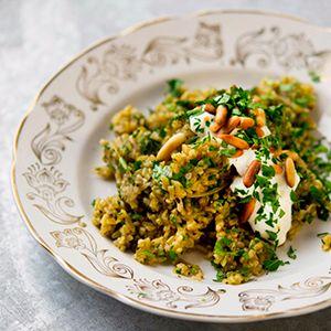 """Freekeh pilav - gebroken freekeh lijkt op bulgur. Deze variant gebruik je voor het maken van pilavs, risotto-achtige gerechten, door soep en in salades, om groenten zoals paprika mee te vullen en als bijgerecht bij bijvoorbeeld lamsvlees en kip. De aardse smaak en crunchy bite gaan uitstekend samen met """"zoete"""" specerijen als kaneel."""