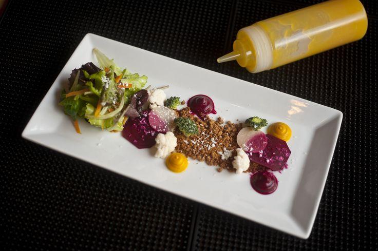 Winter Salad με ρέβα, γούλι, χώμα βύνης, τουρσί κουνουπίδι και κρέμα παντζάρι