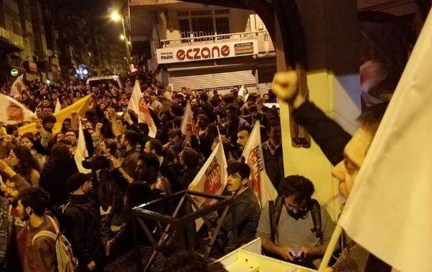 Референдум Эрдогана: в Стамбуле вспыхнули акции протеста   http://da-info.pro/news/referendum-erdogana-v-stambule-vspyhnuli-akcii-protesta  В городах Турции сегодня проходят акции протеста против результатов референдума, которые усилили полномочия президента страны.  Горожане, живущие в Стамбуле, решили бить в металлическую кухонную посуду, высовываясь из окон своих жилищ. А несколько десятков человек не поленились выйти на улицу для того, чтобы выразить свою гражданскую позицию.  По…