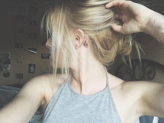<p>Um dois lugares mais fofinhos para se fazer uma tattoo é atrás da orelha! Funciona por vários motivos: para começar, é uma área do corpo que não vemos tanto, ou seja, não olhamoso desenho o tempo inteiro, o que muita gente não curte – acaba aparecendo mais quando prendemos o cabelo. Além disso, a região […]</p>