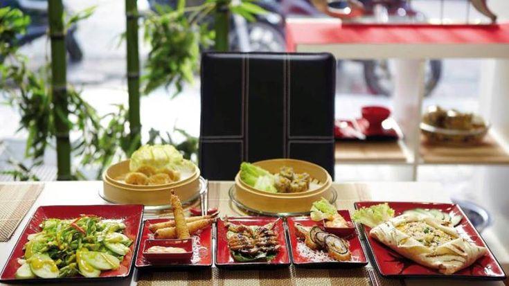 Jing: Ακόμη ένα νέο κινέζικο εστιατόριο στην αρχή της οδού Νίκης στο Σύνταγμα, χωρισμένο σε δύο επίπεδα, ένα πιο σύγχρονο και ένα ρουστίκ, χρησιμοποιεί i Pad για καταλόγους, καταβάλει φιλότιμη προσπάθεια, αλλά δεν ξεφεύγει από την μετριότητα.