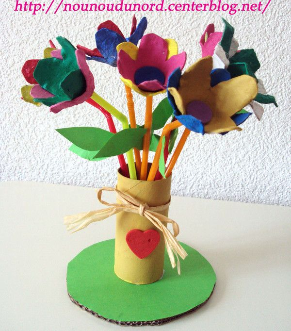 bouquet de fleurs avec les boîtes à œufs, et rouleau de papier wc pour le vase, explications sur mon blog http://nounoudunord.centerblog.net/rub-fetes-des-meres--8.html?ii=1