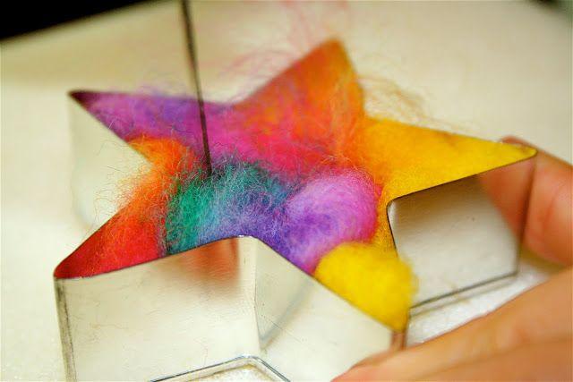 Naaldvilten met kinderen met behulp van koekjesvormen (om een zacht en kleurrijk troostkadootje te maken)