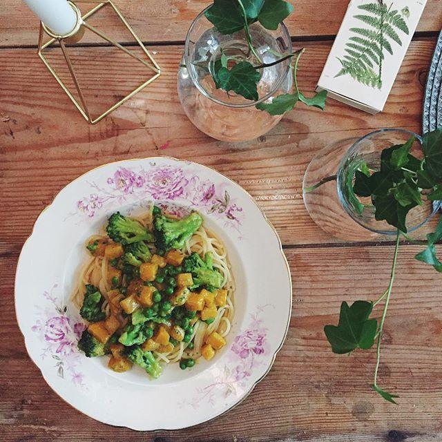 Broccoli, butternut-pumpa och ärtor i kokosmjölk, tillsammans med pasta✨#vegan