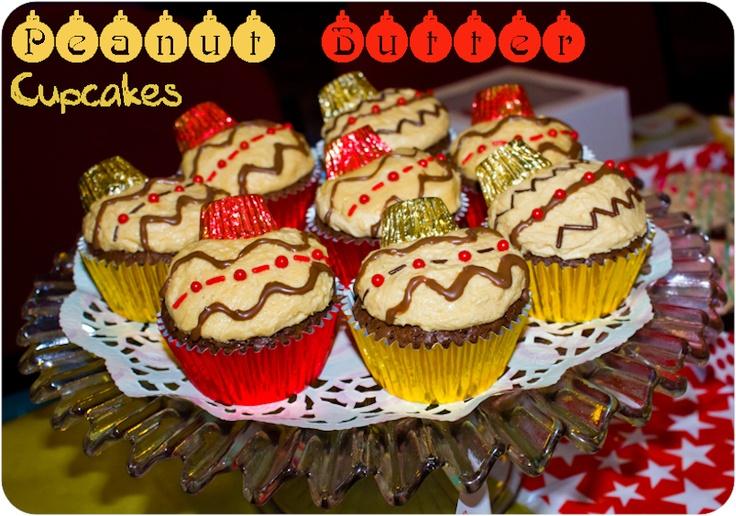 Utiliza bombones de chocolate en su empaque de aluminio para darle forma a tu cupcake con forma de bola de navidad.: Butter Christmas, Christmas Cheer, Christmas Baubles, Christmas Ornaments, Peanut Butter, Christmas Ideas, Cupcakes Rosa-Choqu, Ornaments Cupcakes, Brownies Cupcakes