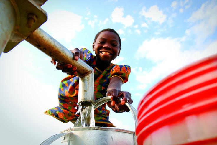 """Träume wahr werden zu lassen und ein Kind glücklich zu machen ist gar nicht so schwer. Für Mary kam der Moment, als ihr Dorf in Sambia endlich einen Brunnen bekam. """"Ich habe mir nicht vorstellen können, dass wir eines Tages sauberes Wasser haben würden, denn alleine hätten wir das nicht geschafft"""", erklärt sie mit Blick auf den klaren Wasserstrahl, der sich in ihren Eimer ergiesst.  Die Schülerin hat jetzt mehr Zeit zum Lernen oder für sich und weniger  Angst vor Krankheiten."""