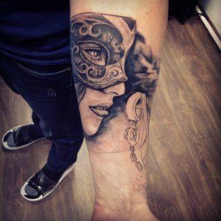 Татуировка девушка в маске на внутренней стороне руки для мужчины