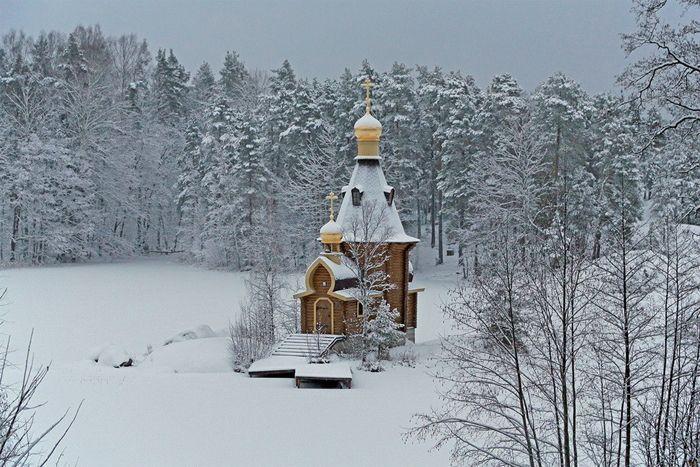 Замерзшая река Вуокса и церковь.