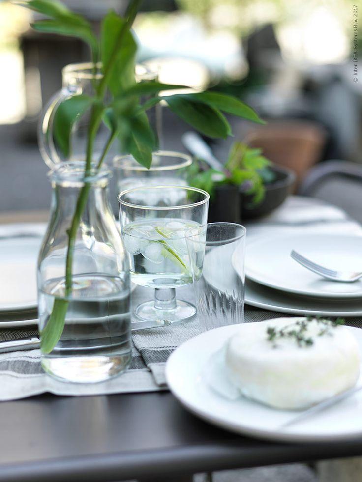 Vasen ENSIDIG håller en av sommarens fina pioner och dukningen innehåller flera glas på bordet i olika höjd och stil. ENSIDIG vas, IKEA 365+ vinglas, DINERA servis, GLASYRER bestick, IKEA 365+ bringare med lock, TUNHOLMEN bord och två stolar.