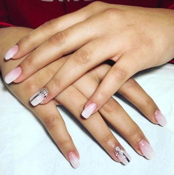 Une manucure discrète mais originale ! C'est ici que ça se passe les filles ! ✋😁 #nailart  #nails #manucure #ongles #strass #soin #beauté #laroquedantheron #aixenprovence