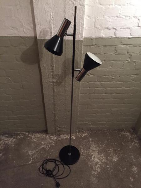 Aus Omas Haushaltsauflösung:Stehlampe aus den 60ern, Hersteller OMI. Stand bisher im Jugendzimmer, geruchsneutral. Höhe ca. 155 cm. Die Strahler sind in alle Richtungen verstellbar. Schöner Zustand, ein Schirm ist minimal verzogen. Ohne Leuchtmittel. Funktion geprüft.
