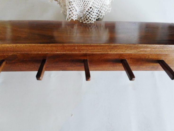 Połka wykonana ręcznie. Dzięki zastosowaniu jako materiału drewna orzecha włoskiego ma wyjątkowy wygląd. Idealnie nadaje się do kuchni, łazienki bądź przedpokoju.  Maksymalne wymiary:  Długość...