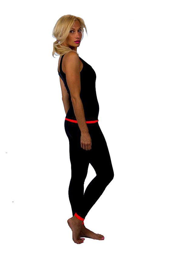 GEWELDIGE EYE CATCHING OPTIE! Omkeerbare beenkappen en top, komt in heldere koraal kleur, vermengd met zwarte kleur. Mogelijk om te dragen aan beide zijden - sappige koraal of zwarte kleuren, of mix en match! Wees creatief, en verken uw sport set met buis.  Grootte descriprion: 128-134 cm Omkeerbare legging: 75cm, omkeerbare top: 45cm 134-140 cm Omkeerbare legging: 78cm, omkeerbare bovenkant: 47cm 140-146cm Omkeerbare legging: 83cm, omkeerbare top: 50cm 146-152cm Omkeerbare legging: 87cm…