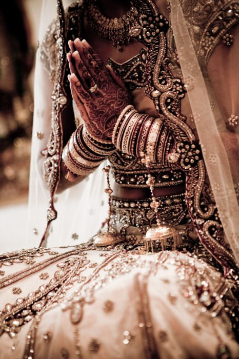 Bridal outfit in the Indian culture. Silvery silver! Collar, bracelets, open-bottom necklace with bell-beads, embroidered veil, hennaed hands.