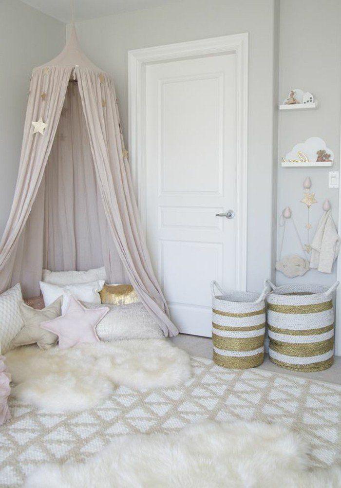 deco cocooning, tapis en fausse fourrure, panier en blanc et or, coussins étoiles, chambre d'enfant