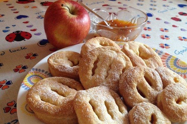 I fagottini di mela con marmellata sono dei dolcetti semplicissimi da preparare, ottimi per i grandi ma anche per i bambini. Ecco la ricetta