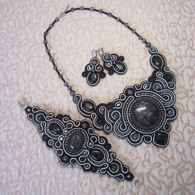Набор в наличии, обращаться в direct. #сутаж #сутажныеукрашения #натуральныекамни #черный #подарок #украшенияручнойработы #украшение #вышивка #сутажнаятехника #jewellery #jewelry #naturalstone #handmadejewellery #handmade #embroidery #beadedjewelry #beaded #beads #black #necklace #bracelet #set #earrings #gift #present #girl #look