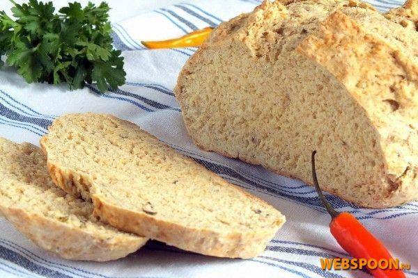 Бездрожжевой хлеб на соде с тмином Простейшим вариантом бездрожжевого хлеба является хлеб на соде. Рецепт очень простой, хлеб получается с невероятным сладковатым ароматом, нежным мякишем и приятной хрустящей корочкой. Такой хлеб готовят с использованием различных специй или сухофруктов и традиционно используют для разрыхления соду в смеси с пахтой. Пахта — продукт для России редкий, но ей есть прекрасная кисломолочная замена. Конечно же, это кефир! Тот же молочный вкус, та же молочная ки...