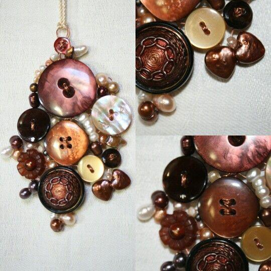 Pendente realizzato con filo di rame, bottoni vintage e perle.