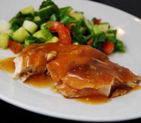 Et nemt måltid, som giver en saftig kylling i en lækker, sursød sovs.