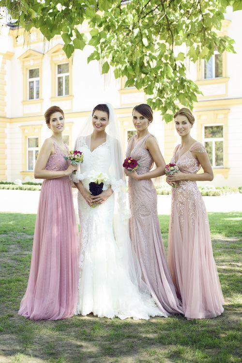 Modelka: Nikol Švantnerová, Kateřina Krobová, Lucie Holubová, Leona Hlavová v šatech z NUANCE