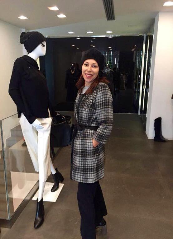 Η κα Φουντουλακου Εφη με γιορτινή διάθεση, στο GEELIST της Γλυφαδας, φορώντας κεντημένο καρω παλτό απο τη χειμερινή συλλογή της L'Autre Chose