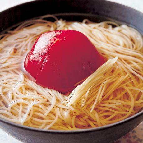 レタスクラブの簡単料理レシピ 一晩漬けて味を含ませたトマトが美味「トマトしょうがにゅうめん」のレシピです。