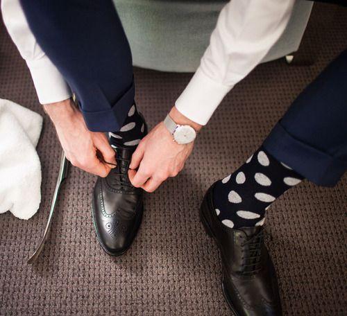 Gekleurde, speciale sokken... heel leuk, maar niet in een zakelijke omgeving. Kies voor een donkere kleur, passend bij de kleur van je broek. Witte sokken zijn een echte no go, ook voor vrouwen!