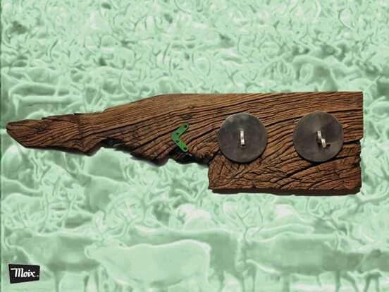 Perchas de pared  AQUEMArrOPA de moix. traviesa de tren de roble, réplica del gatillo fusil Mauser, herrajes.