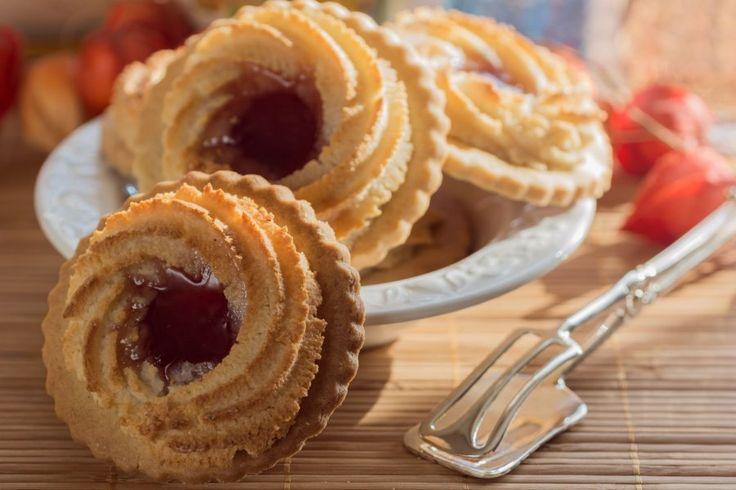 Diese Ochsenaugen Kekse sehen nicht nur lecker aus, sie schmecken auch so! In diesem veganen Rezept wird ein Spritzteig mit Marzipan zubereitet.