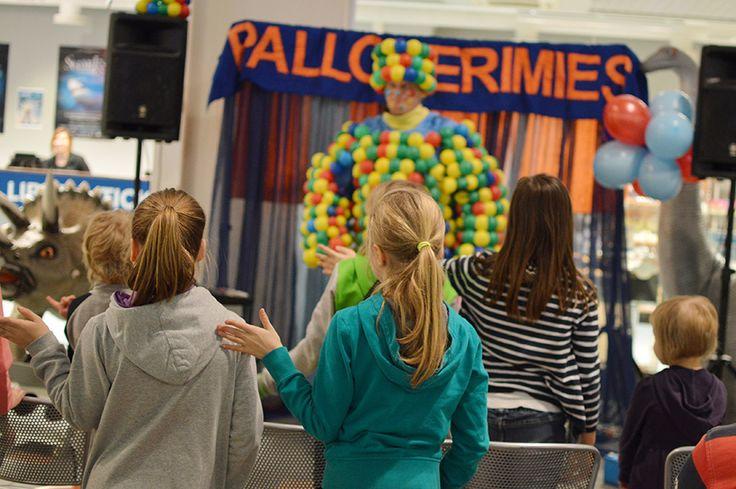 Pallomerimiehen mielestä aina on aikaa pienelle jumpalle.  Lapset innostuvat hyppimään, pyörimään, venyttelemään ja taivuttelemaan Pallomerimiehen mukana. Oulu (Finland)