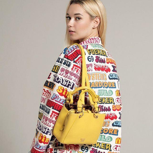 小柄ながらもバランスのとれたスタイルと美貌でエッジの効いたファッションを着こなすItガールサラシュナイダーが来日ジェイデンスミスの元カノからミレニアルズを代表するファッションアイコンへと登りつめた彼女におしゃれや恋愛のことを根掘り葉掘りきいてきましたサラファンのガールはellegirl.jpでチェックしてね 先週のELLEgirlナイトに遊びにきてくれた際の気さくな一面にエディター陣も夢中になりました東コレのランウェイにも登場したりと日本での活躍にも期待したい Thank you for popping bySarah #sarahsnyder #サラシュナイダー via ELLE GIRL JAPAN MAGAZINE OFFICIAL INSTAGRAM - Celebrity  Fashion  Haute Couture  Advertising  Culture  Beauty  Editorial Photography  Magazine Covers  Supermodels  Runway Models