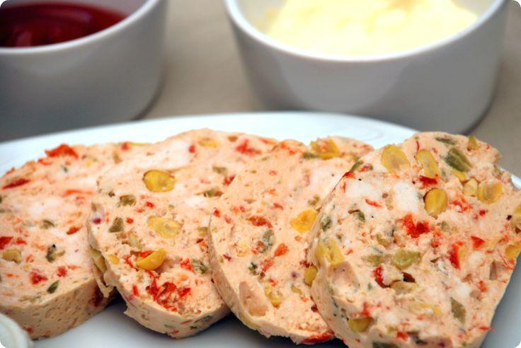 Galantina de pollo, un elaborado fiambre de aspecto delicioso.
