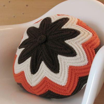 Retro colors & pattern...but it feels fresh!Hook, Crochet Cushions Pattern, Redondo De, Autumn Crochet Pattern Free, Pillows Pattern, Blog De, Cojines Redondo, Vintage Pattern, Crochet Pillows