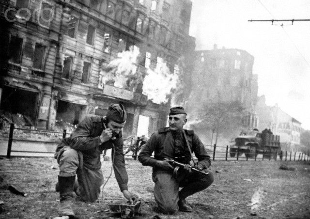 End of the war in Berlin 1945 - Soviet soldiers ensure the communication link as fights on Frankfurter Allee are ongoing during the advance of the Red Army in the streets of Berlin, April 1945. Photo: Berliner Verlag / Archive - NO WIRE SERVICE