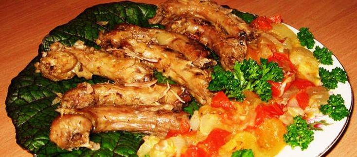 Друзья, в нашем сегодняшнем мясном меню - рецепт куриных шеек тушёных с овощами в томатном соусе. Куриные шейки – это недорогой, питательный и вкусный ингредиент, который можно варить, жарить, тушить и даже мариновать. Блюдо получается нежным, ароматным и сочным. Итак, как приготовить куриные шейки тушёные с овощами...