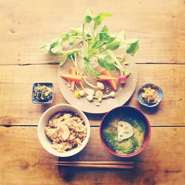 たけのこの炊き込み玄米ごはん、生野菜とにんにく味噌、お味噌汁、高菜でごはん。