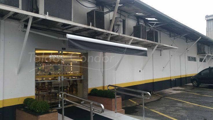 Instalado para proteger a entrada de uma churrascaria em Santo André, o toldo articulado tem acionamento manual e lona em pvc, confira mais em seu post!