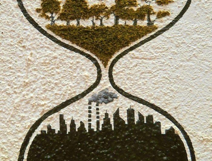 sablier-en-mousse-nature-et-urbanisation-graffiti-en-mousse