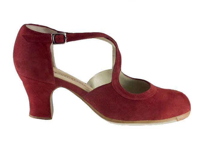 Ce produit se commande uniquement sur demande, exclusivement pour vous.Il n'admet ni échange ni remboursement. Chaussures flamencoconçues et fabriquées artisanalement par Begoña Cervera.Begoña Cerveracherche à atteindre un objectif : rassembler tradition et innovation technique. Ses chaussures de flamenco réunissent qualité, design et confort ; un grand défi au service de l'art.Chaussures confectionnées en cuir de première qualité et semelle en cuir afin d'avoir un son parfait....
